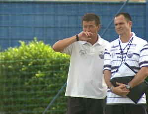 Gil Baiano e Wagner Lopes observam jogadores no Comercial (Foto: Valdinei Malaguti / EPTV)