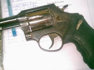 Arma calibre 38 foi encontrada com o suspeito de matar o PM (Foto: Divulgação/ Polícia Militar)