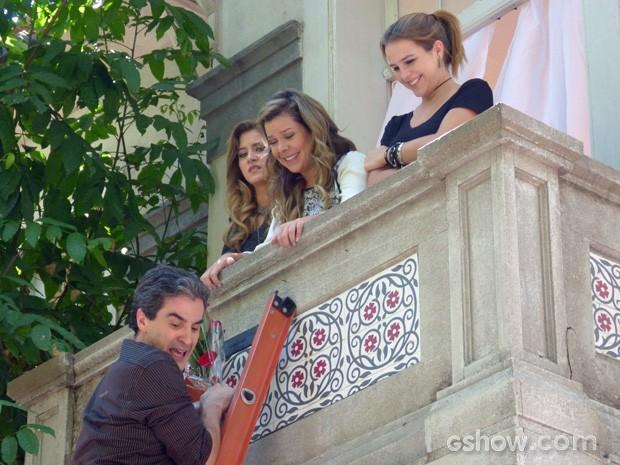 Abelardo sobe a escada para se declrar para Bernardete (Foto: TV Globo / Malhação)