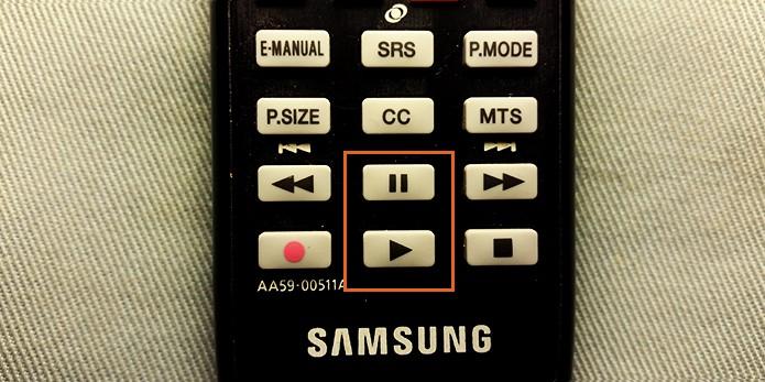 Observe os botões no controle remoto (Foto: Barbara Mannara/TechTudo)