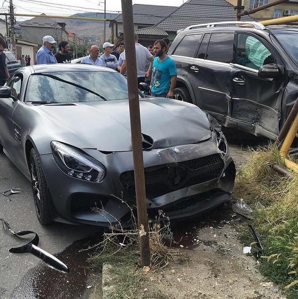 BLOG: Amigo bate Mercedes de R$ 810 mil de Khabib Nurmagomedov no Daguestão