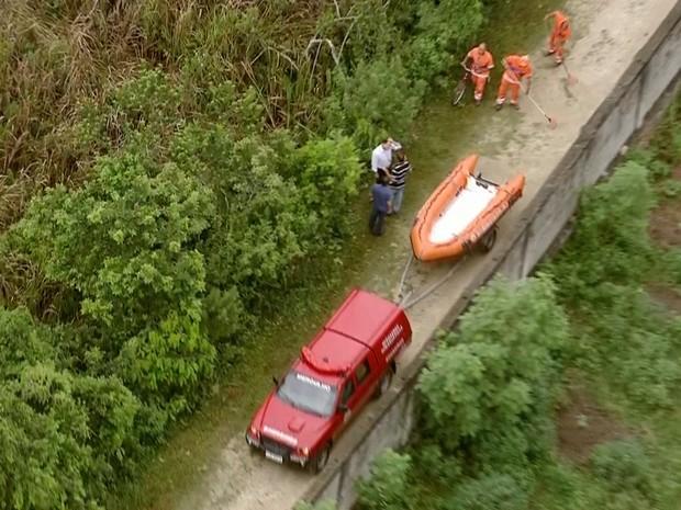 Equipes trabalham no resgate do helicóptero (Foto: Reprodução/TV Globo)