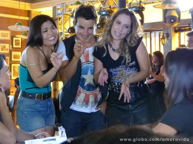 Carlito e suas dançarinas pedem uma canja (Foto: Amor à Vida/ TV Globo)