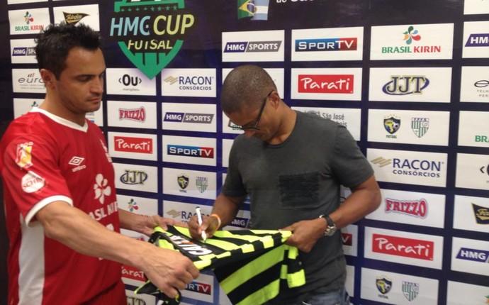 Alex assina camisa para dar de presente para Falcão (Foto: Ace Comunicação)