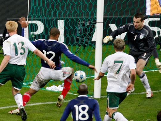 O lance polêmico que classificou a França para a Copa do Mundo de 2010, derrotando a Irlanda (Foto: Michel Euler/AP)