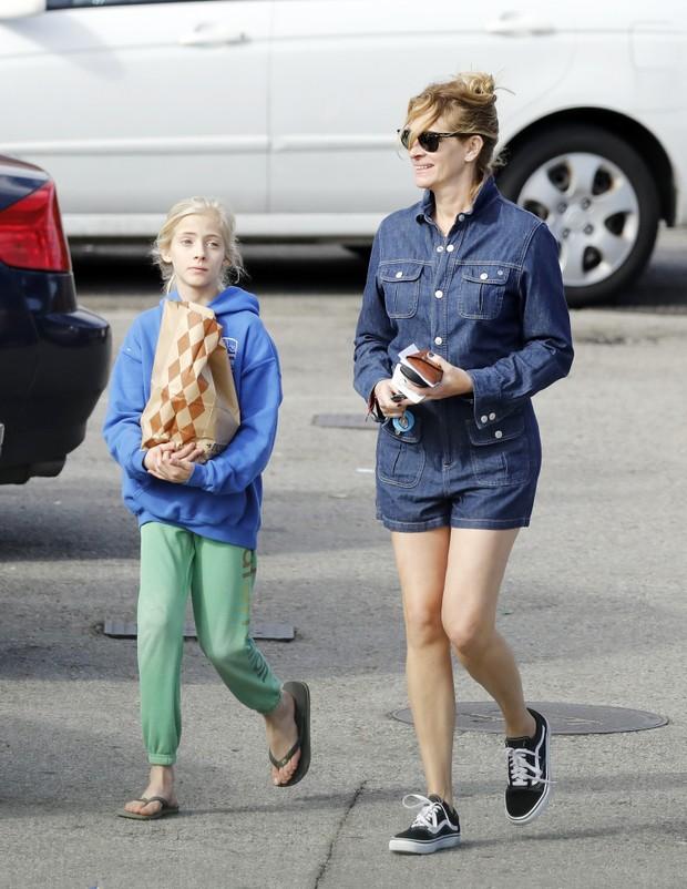 Julia Roberts e a filha Hanzel Moder em Los Angeles, nos Estados Unidos (Foto: Grosby Group/ Agência)