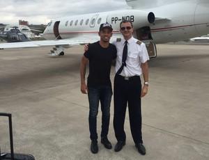 Gabriel Jesus ao lado do piloto, com o jatinho de Paulo Nobre ao fundo (Foto: GloboEsporte.com)