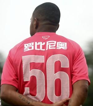 Robinho camisa 56 Guangzhou Evergrande (Foto: Reprodução / Sina.com)