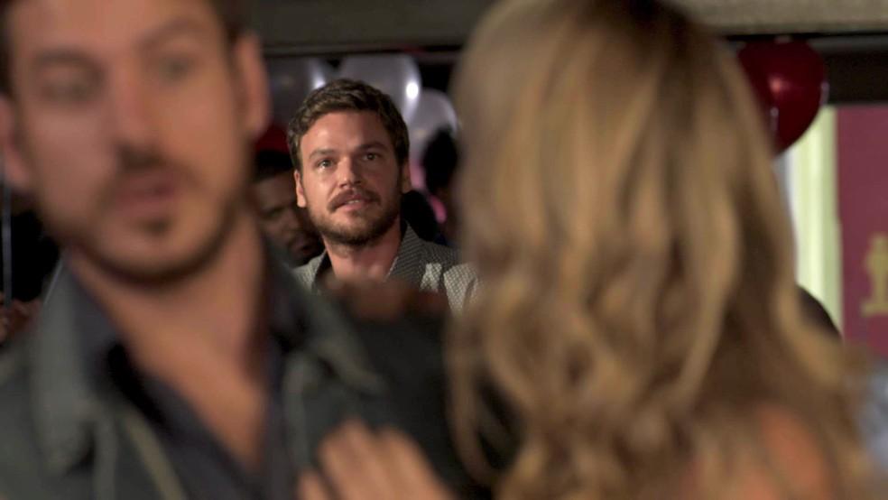 Rubinho (Emilio Dantas) armou uma megafesta de aniversário para Bibi (Juliana Paes) na Estudantina. Mas, bem na hora do parabéns, ele tem uma desagradável surpresa (Foto: TV Globo)
