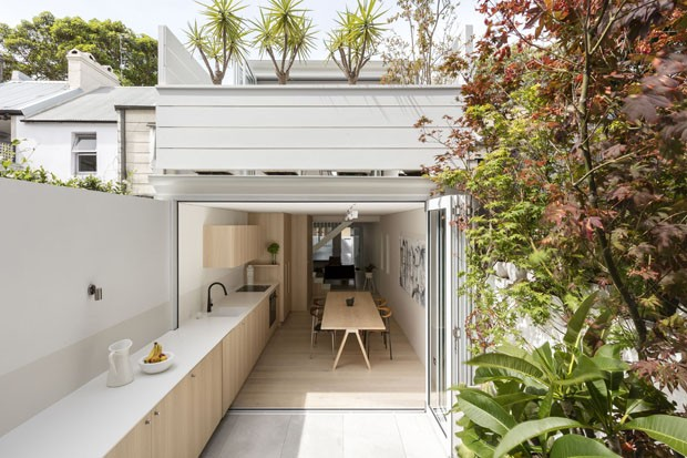 Casa estreita duplica de tamanho na reforma casa vogue for Outdoor kitchen designs australia