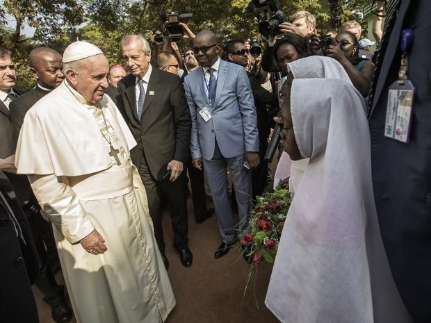 O Papa Francisco chega para visitaa mesquita de um bairro muçulmano de Bangui, capital da República Centro-Africana (Foto: Gianluigi Guercia/AFP)