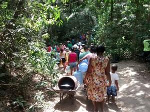 Moradores fazem fila para conseguir água (Foto: Serli Santos/ TV Gazeta)