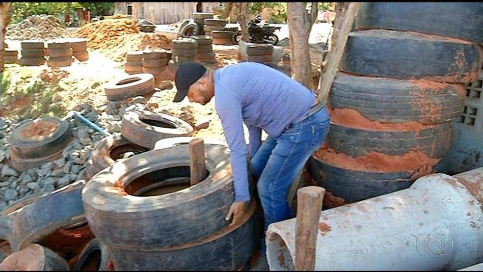 Cerca de 500 pneus serão reutilizados na cosntrução de cascata em parque  (Foto: Reprodução/TV Anhanguera)