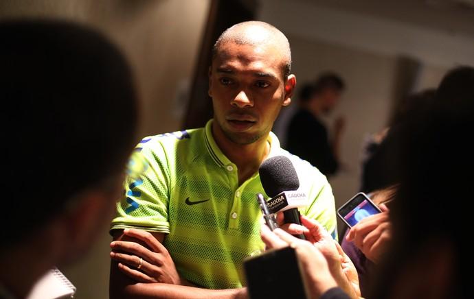 Fernandinho entrevista Seleção Brasil (Foto: Bruno Domingos / Mowa Press)