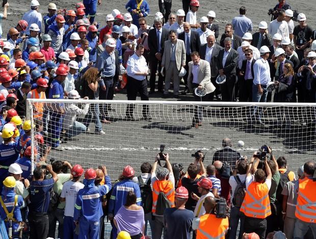 Comitiva da Fifa e integrantes do Comitê Organizador Local (COL) da Copa do Mundo de 2014 visitam as obras do futuro estádio do Corinthians (Foto: Nilton Fukuda / Agência Estado)