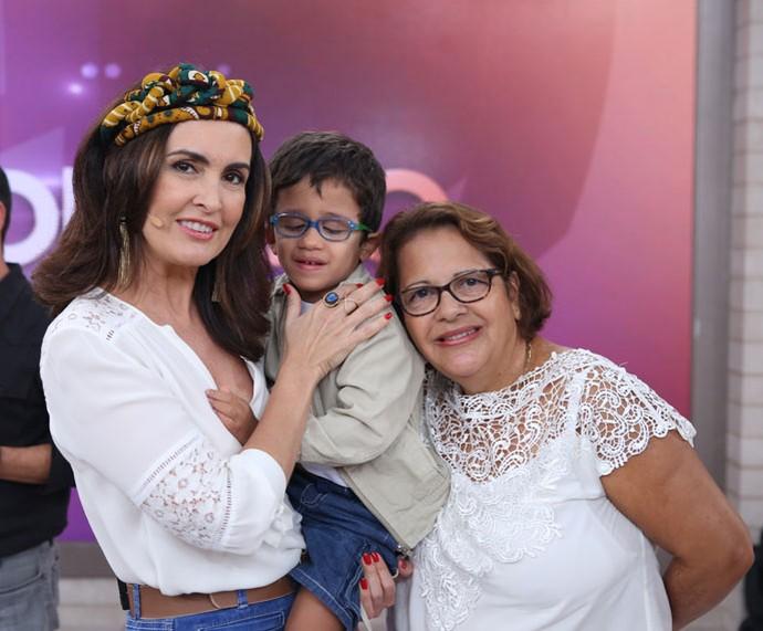 Fátima com família que assistiu ao programa  (Foto: Fabiano Battaglin/Gshow)