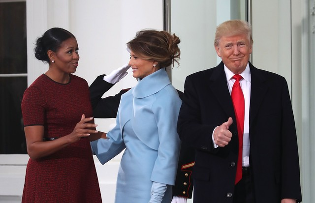 Michelle Obama conversa com Melania e Donald Trump (Foto: Getty Images)
