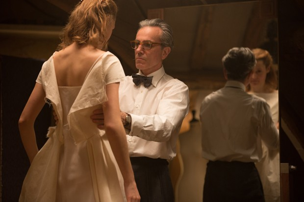"Vicky Krieps stars as ""Alma"" and Daniel Day-Lewis stars as ""Reynolds Woodcock"" in writer/director Paul Thomas Anderson's PHANTOM THREAD, a Focus Features release. Credit : Laurie Sparham / Focus Features (Foto: Universal Pictures)"