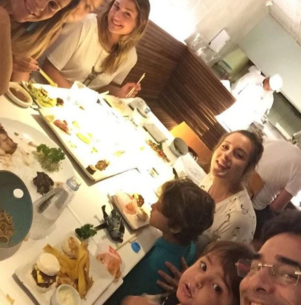Sasha e Luciano com família (Foto: Reprodução/Instagram)