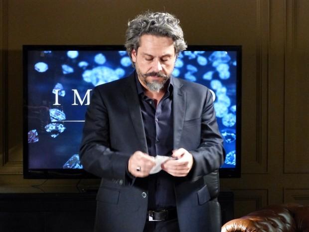 Zé rasga o o resultado do exame de DNA (Foto: Império/TV Globo)