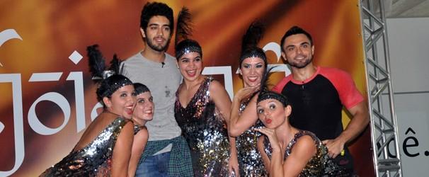 Artistas posam ao lado das bailarinas da Cia de Dança Michelle Fontenele. (Foto: Alyne Cardoso / Sistema Verdes Mares)