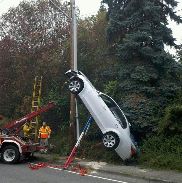 Em 2010, um motorista ficou com o carro na vertical após um acidente em Bellevue, no estado de Washington (EUA). Apesar do susto, o condutor não sofreu ferimentos (Foto: Bellevue Fire/AP)