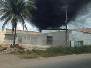 Incêndio toma depósito de materiais recicláveis em São Gonçalo, na Bahia (Foto: Adilson Muritiba/TV Subaé)