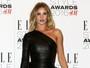 Rosie Huntington usa vestido curtinho em prêmio de moda