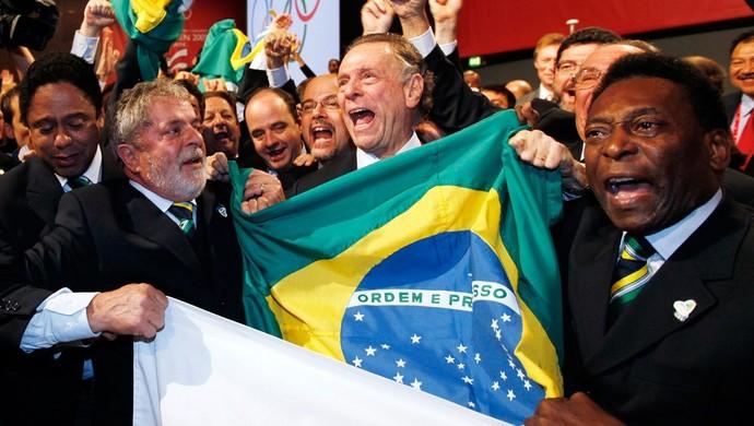Presidente Lula, presidente do Comitê Rio 2016 Carlos Arthur Nuzman e Pelé vibram com a vitória do Rio (Foto: AFP)