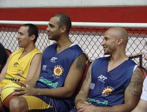 Jeferson e Laws acompanham treinamento (Foto: Filipe Rodrigues/ Globoesporte.com)