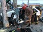 Motorista fica preso entre ferragens após carro bater em poste, no AM