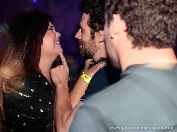 Daniel percebe que amiga está estranha e tenta interferir (Foto: Amor à Vida/ TV Globo)