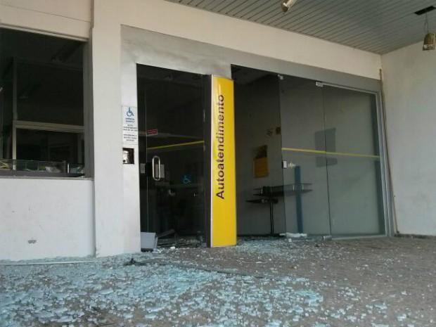Vidros da agência ficaram destruídos após a ação dos criminosos (Foto: Cláudio Nascimento/ TV TEM)