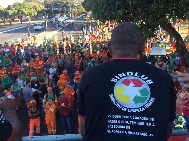Trabalhadores da limpeza pública do DF em assembleia em frente ao Buriti, nesta sexta (Foto: Mateus Vidigal/G1)