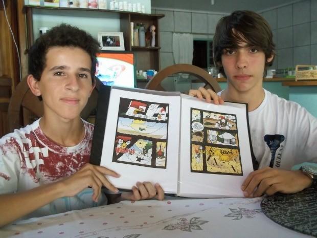Matheus e Fernando e o portfólio da revista (Foto: Flávio Godoi/Divulgação)