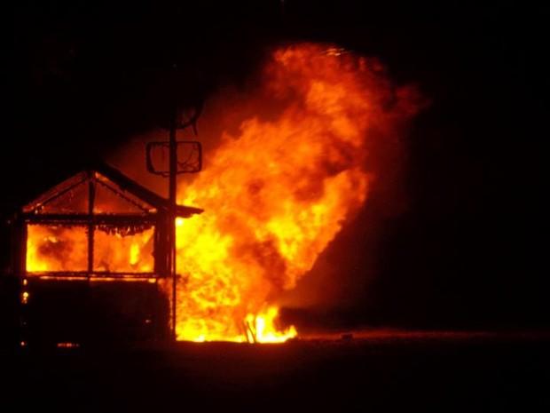 Quiosque foi consumido pelo fogo em São Pedro da Aldeia, RJ (Foto: Norma Almo)
