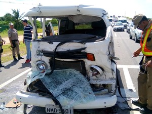Frente do veículo ficou destruída. Motorista foi resgatado pelo Corpo de Bombeiros. (Foto: Derek Gustavo/ G1)