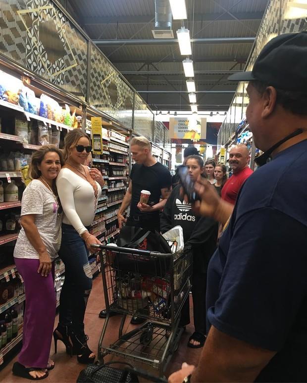 Mariah Carey com fãs em supermecado em Honolulu, no Havaí (Foto: Instagram/ Reprodução)