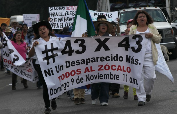 Parentes dos estudantes desaparecidos no México protestam na Cidade do México (Foto: Marco Ugarte/AP)