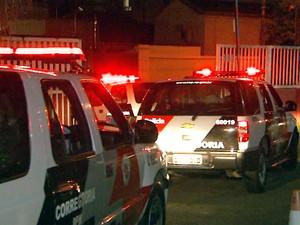 Viaturas da Corregedoria da Polícia Militar que transferiram os PMs suspeitos das chacinas em Campinas (Foto: Reprodução EPTV)
