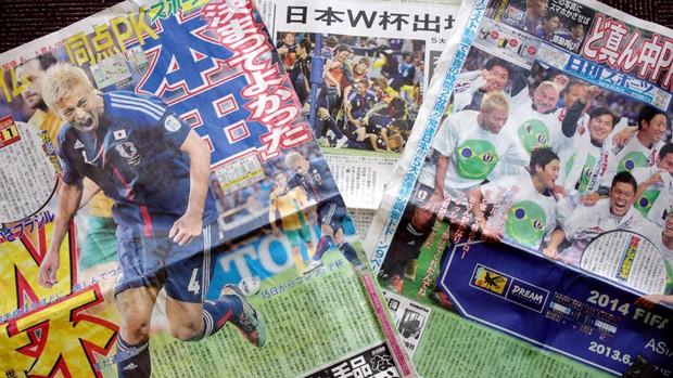 Reprodução capas jornal japão  (Foto: Osny Arashiro)