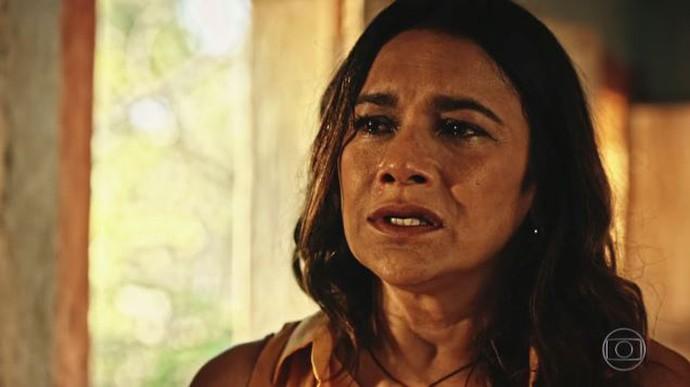 Beatriz fica desesperada com o que vê (Foto: TV Globo)
