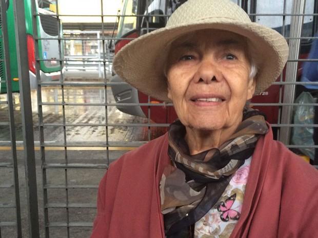 A aposentada Maria José Freire Marins, de 79 anos, estava dentro do ônibus no terminal Parque Dom Pedro 2, tentando ir para casa, quando teve início a paralisação dos motoristas (Foto: Tatiana Santiago/G1)