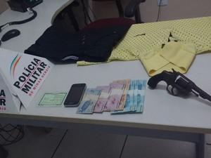 Militares recuperarm o celular da vítima e parte do dinheiro; com o autor foram apreendidos uma arma e roupas que possivelmente ele usou durante o crime (Foto: Polícia Militar/Divulgação)