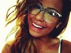 De óculos, irmã de Neymar sorri em foto de rede social