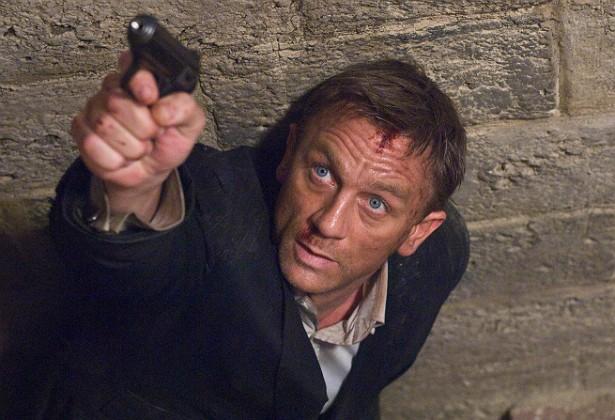 No início de fevereiro de 2015, Daniel Craig sofreu uma distensão no joelho enquanto gravava uma cena de luta no set de 'Spectre', novo filme da franquia '007', previsto para chegar ao Brasil em outubro próximo. O ator de 47 anos teve de ficar uma semana de molho para, aos poucos, voltar a trabalhar — Craig tem dispensado dublês e feito sozinho as sequências de risco diante das câmeras. (Foto: Reprodução)