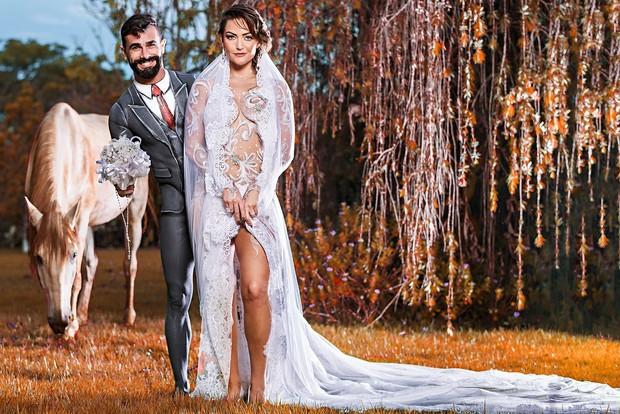 Laura Keller e Jorge Sousa posam com corpo pintado antes do casamento (Foto:  Lelo Teófilo/R2assessoria)