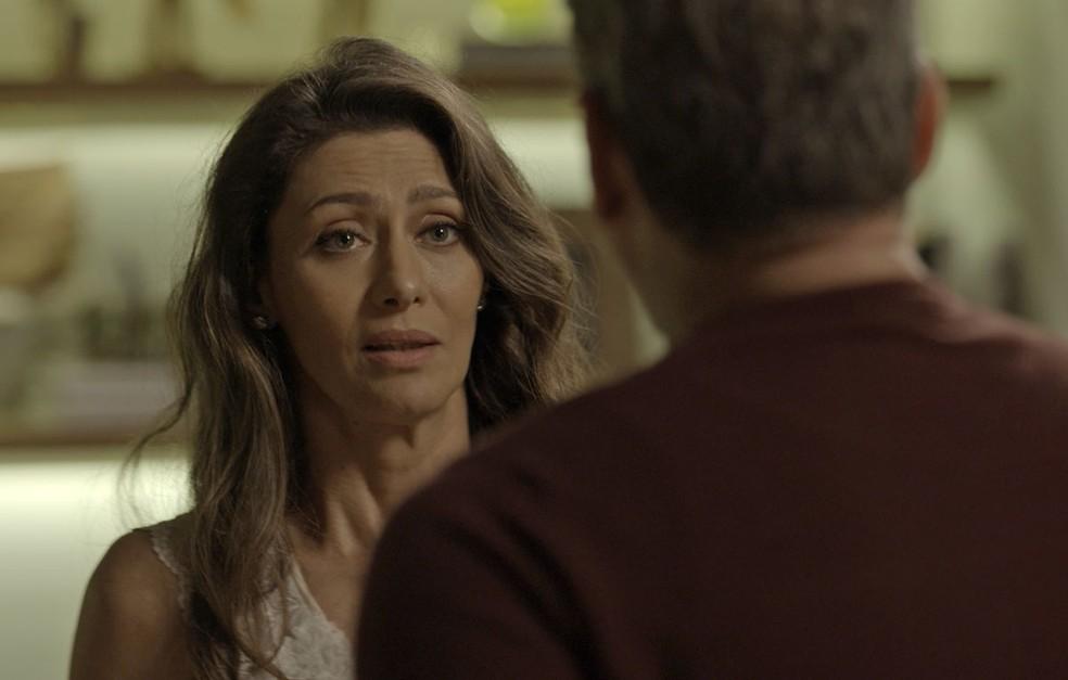 Ela espera Eugênio (Dan Stulbach) chegar em casa e acaba abrindo o coração para o marido (Foto: TV Globo)