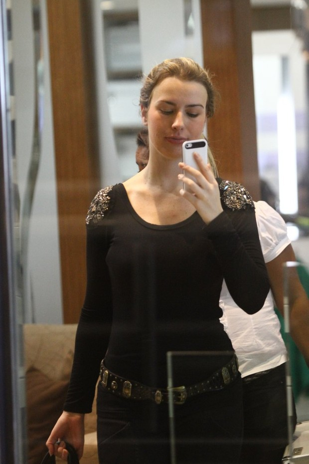 Fernanda, ex-bbb, vai a salão de beleza (Foto: Marcos Ferreira / FotoRioNews)