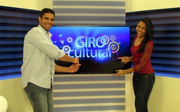 Helder Vilela e Jainara Costa em bate papo sobre o quadro Giro Cultural (Foto: Katylenin França/TV Clube)